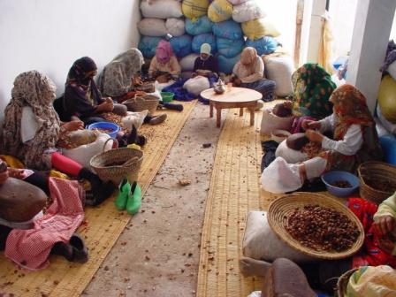 Concassage manuel par le groupe des femmes de EFAS