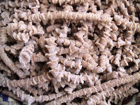 Le tourteau, obtenu après Presse des amandons. Il sert entre autre comme aliment de bétail.